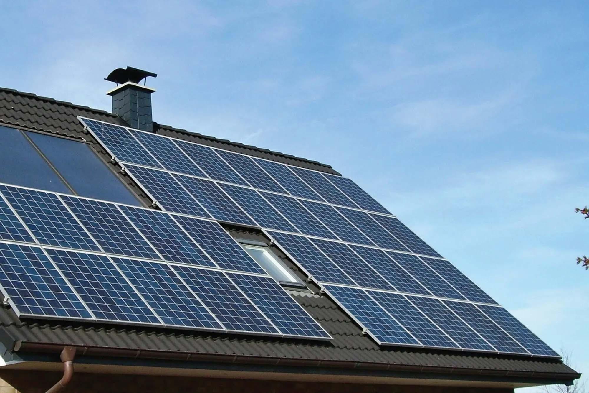 energia-solar-cuanto-sale-equipar-una-casa-para-dejar-de-pagar-gas-y-luz.jpg