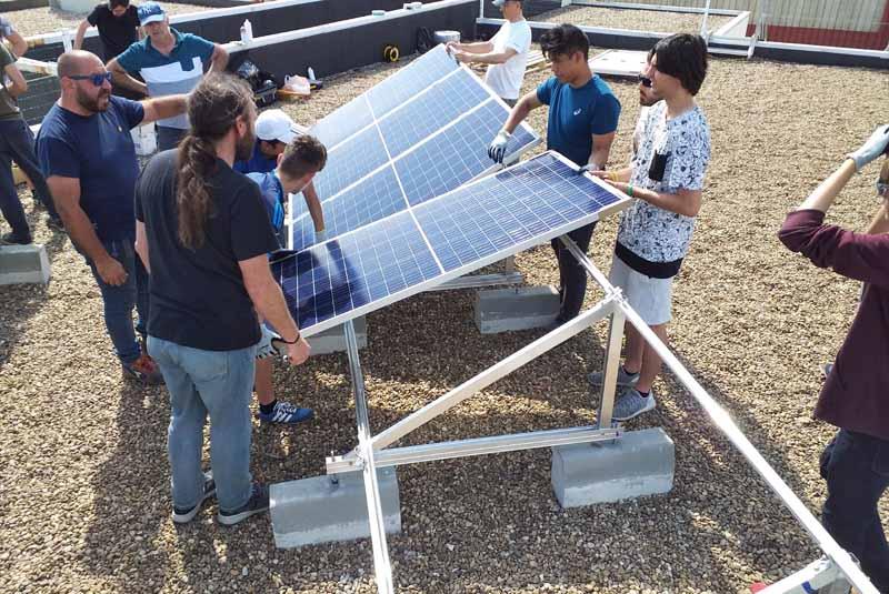 Un punto de recarga en un instituto de Madrid se alimenta del sistema de autoconsumo solar instalado por los alumnos
