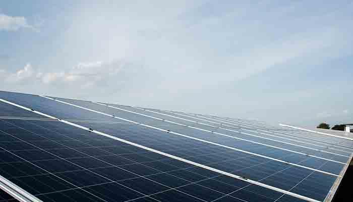 instalacao-da-energia-solar-nos-ultimos-dez-anos-chegou-a-ficar-ate-80-mais-barata-segundo-dados