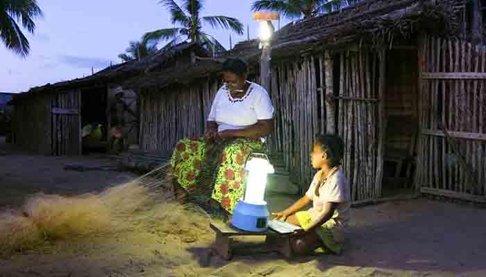 madagascar-avec-le-solaire-on-peut-alimenter-des-lampes-et-une-petite-tele