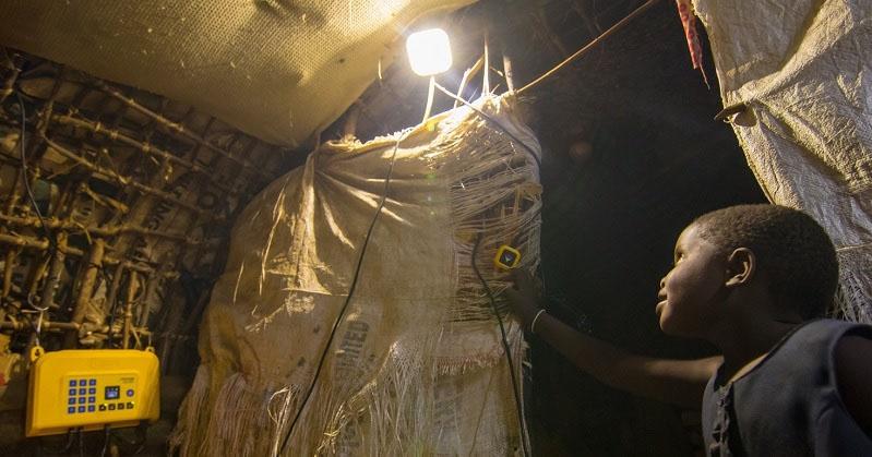 アフリカの非電化地域を「太陽光」で照らす、丸